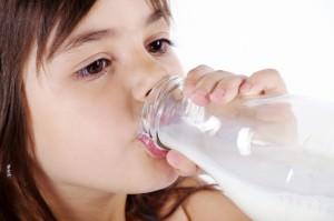 Junges Mädchen geniest Milch, nahaufnahme