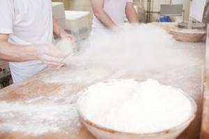 bäcker verarbeiten mehl
